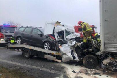 Na DK 92 autolaweta wbiła się w naczepę – kierowca Sprintera przeżył