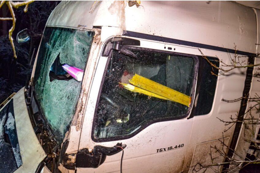 Ciężarówka uderzyła w Masterkę. Odeskowanie busa w kabinie MAN-a