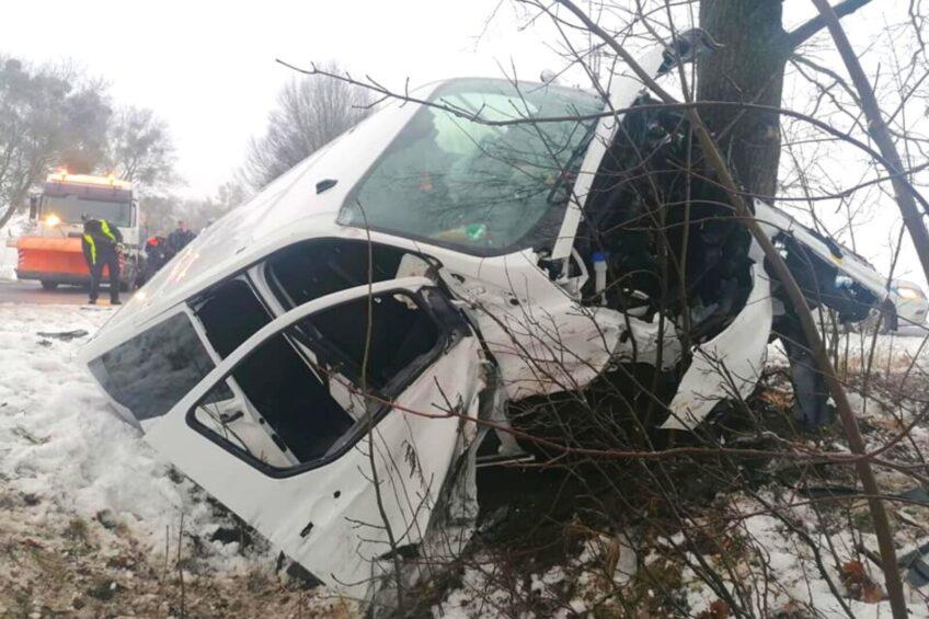 Transit Custom wjechał w pługopiaskarkę – ranny pasażer minibusa