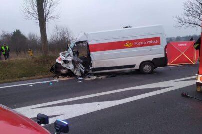 Pocztowy bus wjechał w kursowego Sprintera – 2 osoby zmarły