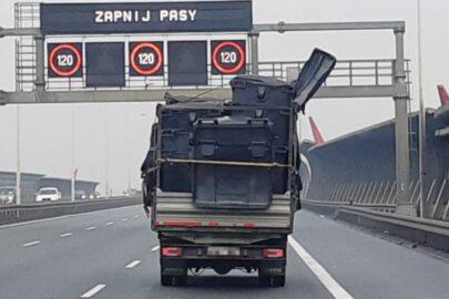 Źle zabezpieczony ładunek na skrzyni Dajlaka. Transport przerwało ITD