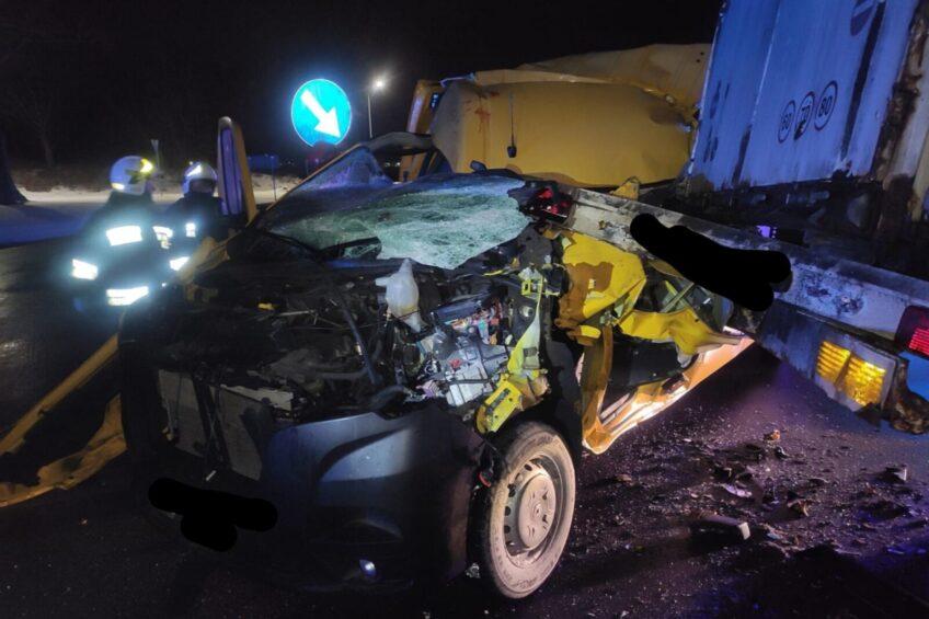 Na DK 5 od ciągnika odczepiła się naczepa – uderzył w nią bus