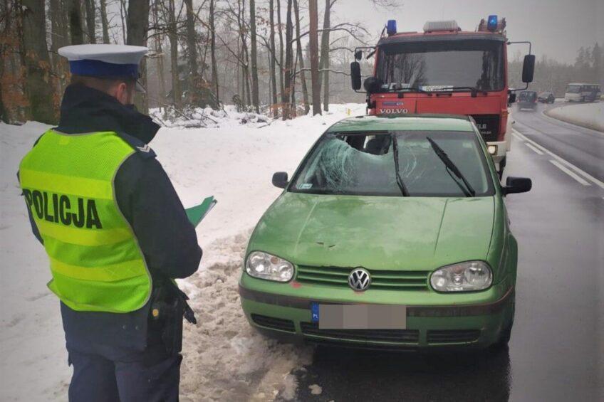 Z plandeki busa spadł lód i uderzył w szybę czołową VW Golfa