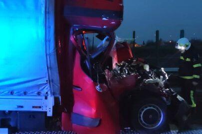 Na A4 pod Złotoryją bus wbił się w naczepę – kierowca przeżył