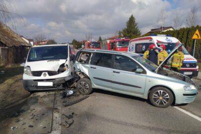 Nissan Primastar wjechał w kombi – jedna osoba została ranna