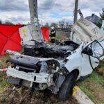 Dacia Dokker wjechała pod pociąg – kierowca vana zmarł