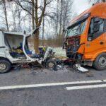 Fiat Doblo wjechał czołowo w ciężarówkę – nie żyją 2 osoby z vana