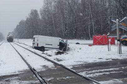 Opel Movano wjechał pod pociąg towarowy – zginęły 2 osoby z busa