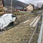 Po kolizji na DK 28 dostawczy Fiat Ducato zawisł na płocie