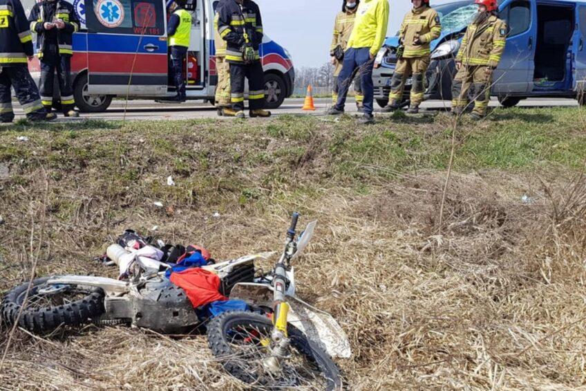 Renault Trafic potrąciło przelatującego nad drogą motocyklistę