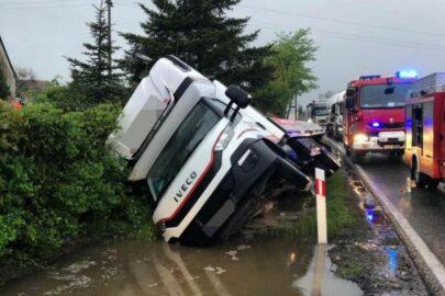 Bus wpadł do rowu – zmarł pasażer leżący w kurniku