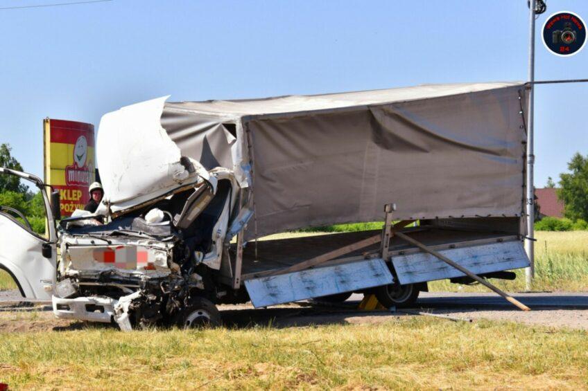 Isuzu N35 wjechało w ciężarówkę – zmarł kierowca dostawczaka