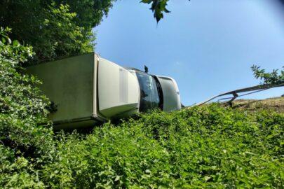 Na DK 75 Renault Master zawisło nad skarpą. Doszło do wycieku