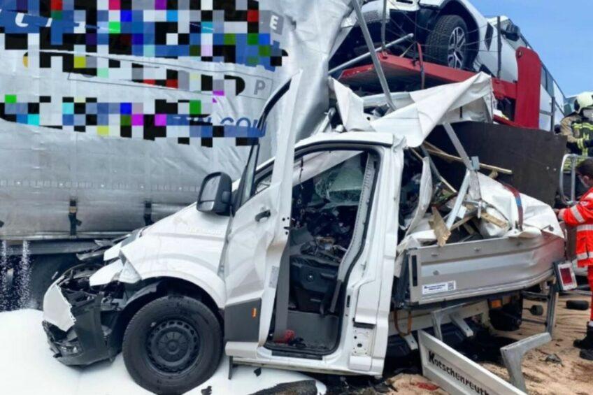 Zmiażdżony przez ciężarówkę bus na niemieckiej A4 – kierowca zmarł