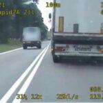 Bus na zakazie wyprzedził 3 zestawy – policja ma nagranie