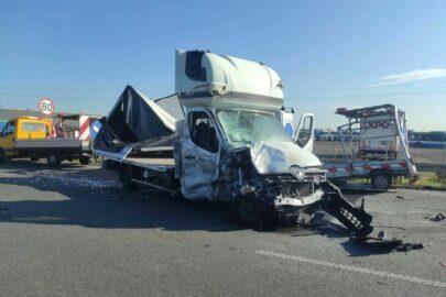 Na S11 Renault Master wjechało w drogowców – 2 osoby zmarły
