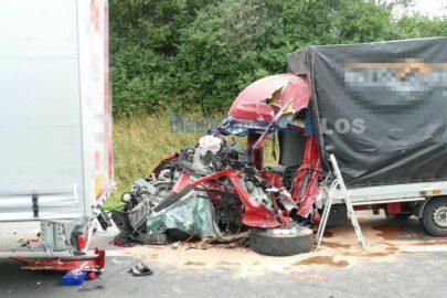Na niemieckiej A12 bus wjechał w tandem – kierowca Mastera zmarł