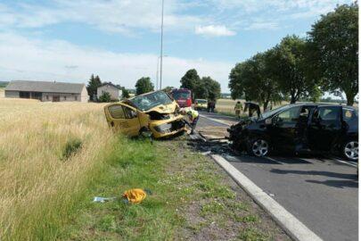 Peugeot 3008 uderzył w Renault Trafic – nie żyje 8-letnie dziecko