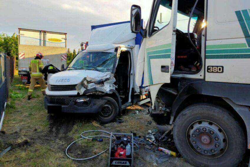 Ciężarówka wjechała w Iveco Daily – obaj kierowcy trafili do szpitala