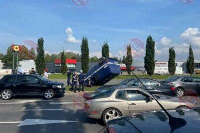 Dachowanie policyjnego VW T4 w Szczecinie – ranna jedna osoba