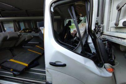 Na S7 Renault Master wjechało w naczepę – 6 osób rannych