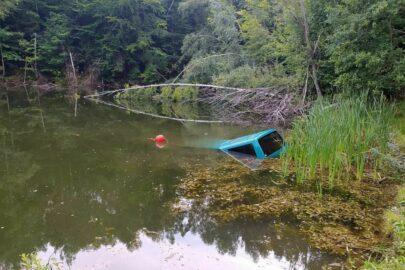 Poszedł na grzyby a jego VW T4 stoczył się do jeziora