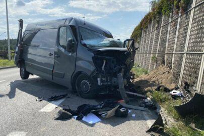 SAAB uderzył w Renault Master – obaj kierowcy trafili do szpitala