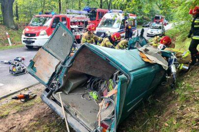 VW Transporter wjechał pod 40-tonowy zestaw – 4 osoby nie żyją
