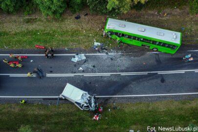 Zderzenie Fiata Ducato z autobusem PKS – zmarł kierowca furgonu