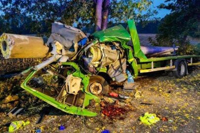 Betonowy słup zmiażdżył kabinę Volkswagena LT. Kierowca przeżył!