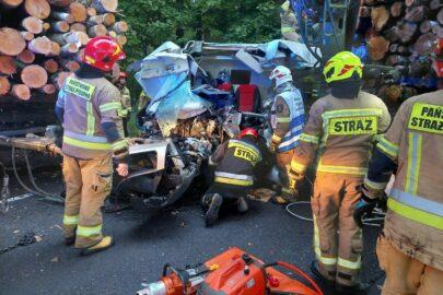 W wyjeżdżający z lasu zestaw wjechało Ducato – kierowca busa zmarł